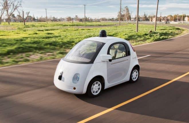 "Une <a target=""_blank"" title=""Google Car"" href=""https://www.begeek.fr/google/car"">Google Car</a> sur une route de Californie."