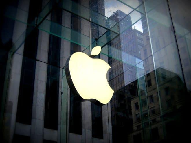 Le logo Apple sur une vitrine. Image d'illustration.